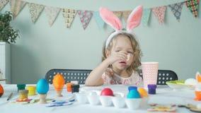 Małej dziewczynki łasowania Easter obrany jajko zbiory wideo