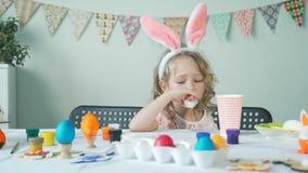 Małej dziewczynki łasowania jajko po Easter przygotowań zbiory wideo
