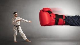 Mały mężczyzna bój z dużą czerwoną bokserską rękawiczką zdjęcia royalty free