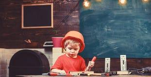 Mały pomagiera pojęcie Chłopiec sztuka jako budowniczy lub naprawiacz, praca z narzędziami Dziecko marzy o przyszłościowej karier zdjęcie royalty free