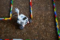 Mały robot w labiryncie zdjęcia royalty free