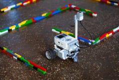 Mały robot w labiryncie obraz stock