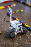 Mały robot w labiryncie obrazy stock