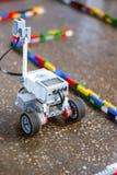 Mały robot w labiryncie fotografia stock