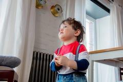 Mały todler chłopiec pobyt przy kuchnią w dniu zdjęcia royalty free