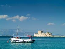 Mały turystyczny statek i bourtzi w Nafplio Grecja zdjęcia stock
