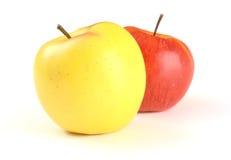 Maçã amarela na frente do vermelho um Imagem de Stock Royalty Free