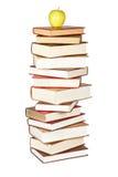 Maçã amarela na pilha dos livros Imagens de Stock