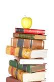 Maçã amarela na pilha dos livros Imagens de Stock Royalty Free