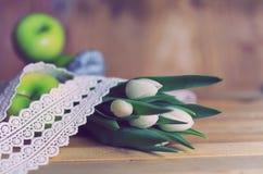 Maçã branca da tulipa da foto retro de madeira Fotografia de Stock Royalty Free
