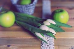 Maçã branca da tulipa da foto retro de madeira Fotos de Stock Royalty Free