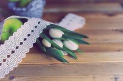 Maçã branca da tulipa da foto retro de madeira Fotografia de Stock