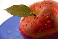 maçã com gotas na placa foto de stock royalty free
