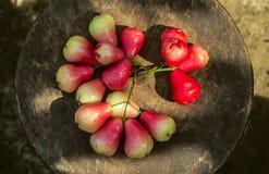 Maçã cor-de-rosa vermelha na cesta Fotos de Stock Royalty Free
