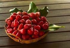 Maçã cor-de-rosa vermelha na cesta Fotografia de Stock