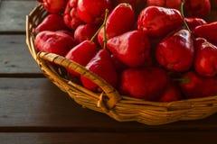 Maçã cor-de-rosa vermelha na cesta Foto de Stock