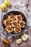 A maçã cozida com porcas, mel e aveia lasca-se fotos de stock royalty free