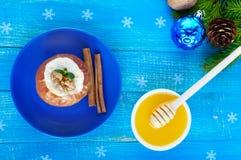 Maçã cozida enchida com requeijão com canela, nozes, mel em um fundo de madeira azul Imagens de Stock Royalty Free