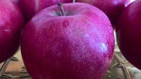 Maçã da senhora cor-de-rosa perto de umas outras maçãs Imagem de Stock
