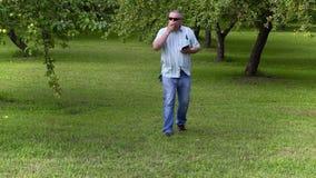 Maçã da tomada do jardineiro e passeio no pomar de maçã video estoque