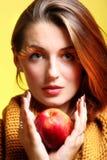 Maçã do vermelho dos olho-chicotes do encanto da menina da mulher do outono imagens de stock royalty free