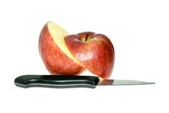 Maçã e faca vermelhas cortadas Fotos de Stock Royalty Free