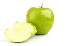 Maçã e fatias verdes frescas suculentas da maçã Foto de Stock