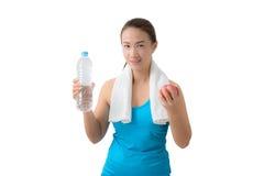 Maçã e garrafa de água de sorriso felizes da terra arrendada da mulher da aptidão Imagens de Stock