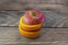 Maçã e laranja frescas nas mesas de madeira Fotografia de Stock