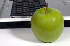 Maçã e portátil verdes Imagem de Stock
