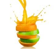 Maçã e suco de laranja verdes do espirro Imagens de Stock Royalty Free