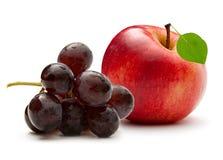 Maçã e uva vermelhas foto de stock