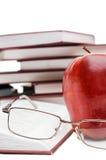 Maçã e vidros vermelhos no livro fotos de stock royalty free