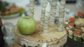 Maçã verde, canela, noz e uma vela Maçã e velas verdes Vela verde da maçã Fotografia de Stock Royalty Free