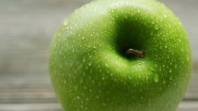 Maçã verde com gotas da água vídeos de arquivo