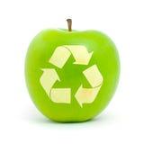 Maçã verde com um símbolo do recicl Fotografia de Stock Royalty Free