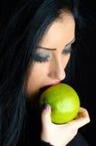 Maçã verde cortante da mulher Imagem de Stock Royalty Free