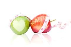 Maçã verde e vermelha isolada no fundo branco e em t de medição Foto de Stock