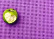 Maçã verde em uma esteira cor-de-rosa da ioga Aptidão com prazer Amor à Imagem de Stock Royalty Free