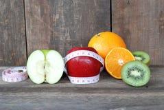 Maçã verde, maçã vermelha Conceito da dieta do fruto em um assoalho de madeira Foto de Stock