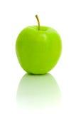 Maçã verde madura em um fundo branco fotos de stock