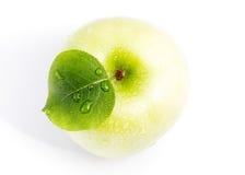 Maçã verde molhada Fotografia de Stock Royalty Free