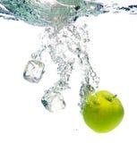 Maçã verde na água Fotografia de Stock Royalty Free