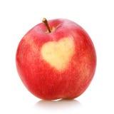 Maçã vermelha com coração no fundo branco Imagem de Stock