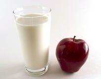 Maçã vermelha com vidro do leite Imagens de Stock Royalty Free