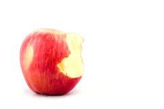 Maçã vermelha doce com falta de uma mordida no alimento saudável do fruto da maçã do fundo branco isolado Imagens de Stock