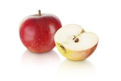 Maçã vermelha doce com meia fatia da maçã Fotos de Stock Royalty Free
