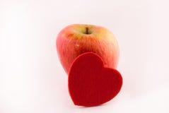 Maçã vermelha e o coração fotografia de stock