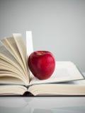 Maçã vermelha em livros Fotos de Stock Royalty Free