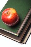 Maçã vermelha na pilha de livro Fotos de Stock